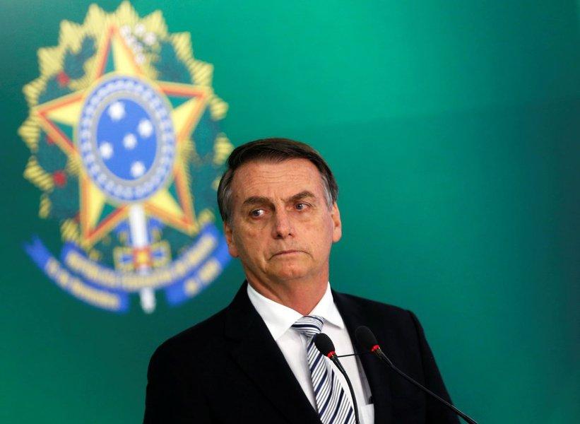 Encurralado por denúncias, Bolsonaro ataca Lula e estudantes
