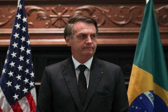 Exposto ao sol, Bolsonaro age como fera ferida