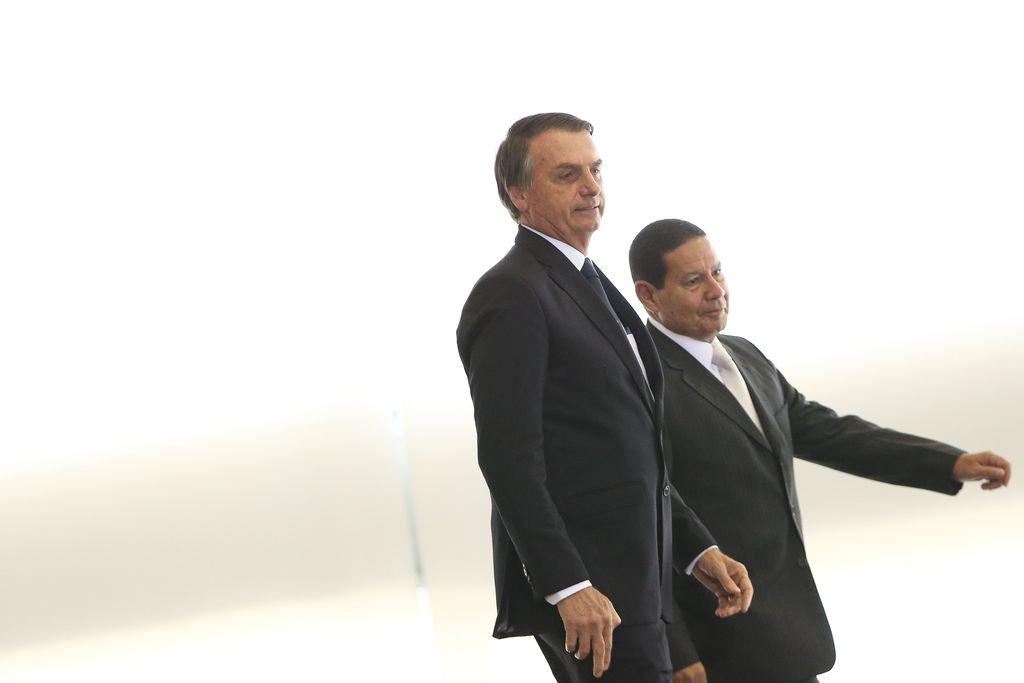 Bolsonaro no centro de tsunamis e Mourão à espreita