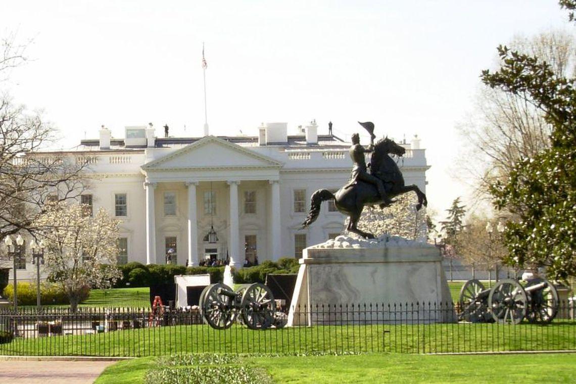 Homem ateia fogo em si mesmo em frente à Casa Branca