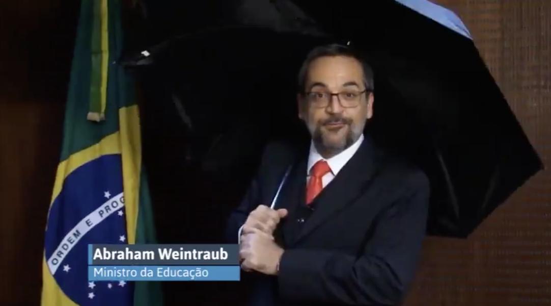 Em vídeo de guarda-chuva, ministro da Educação atribui a deputados corte de verba para museu