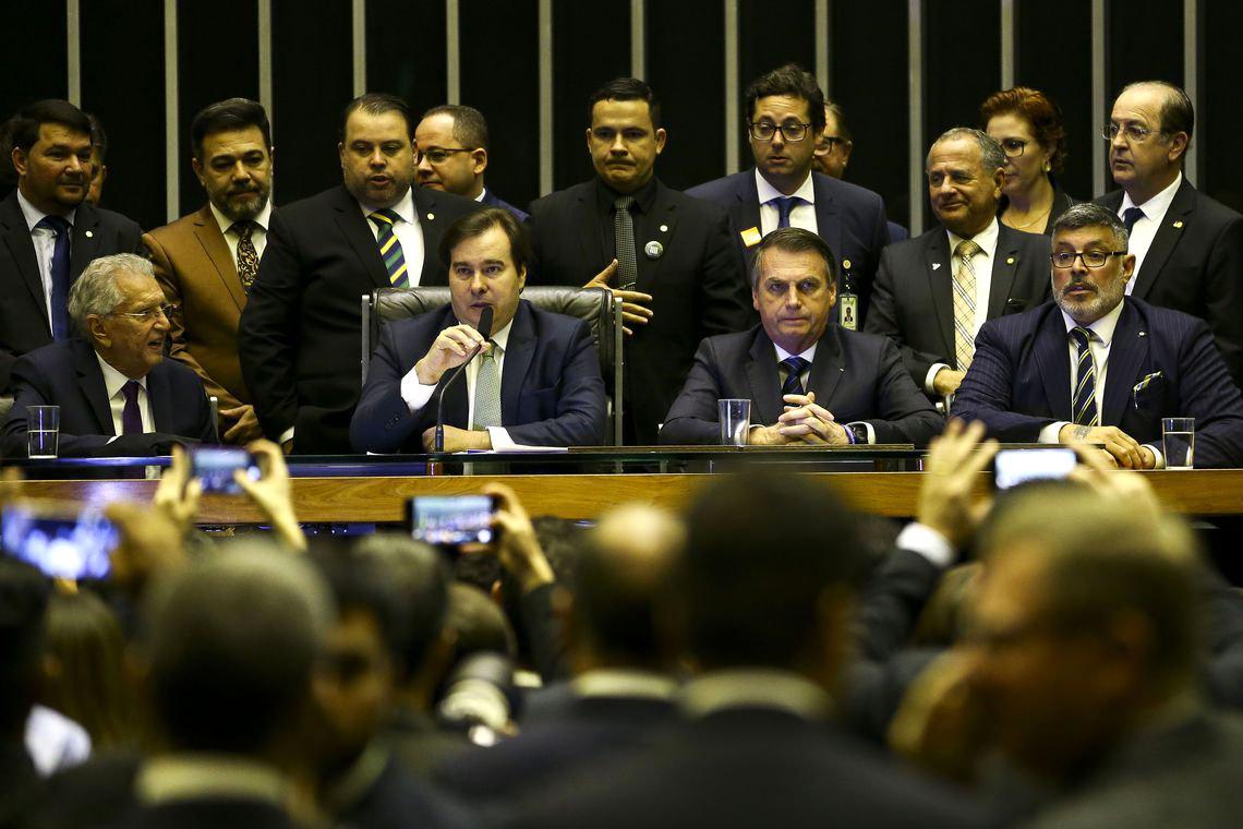 Bolsonaro fala em pacto mas continua atacando o Legislativo