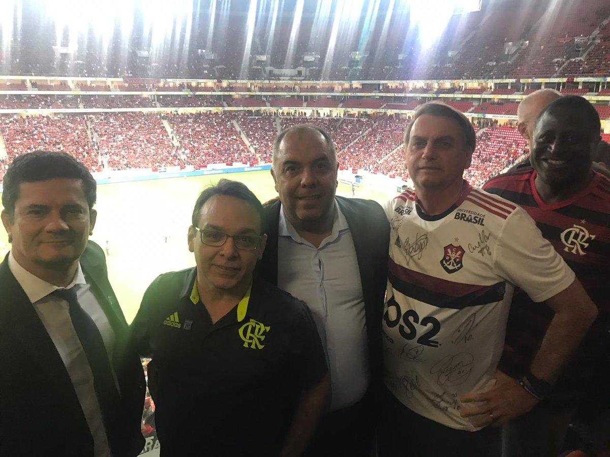 Moro e Bolsonaro vão até estádio passar a impressão de normalidade