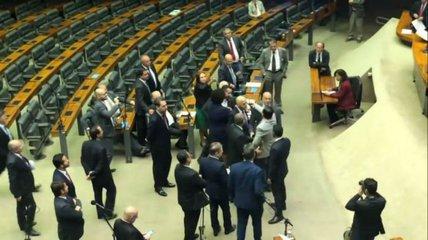 Assista: bate-boca entre deputados na Câmara quase vira pancadaria