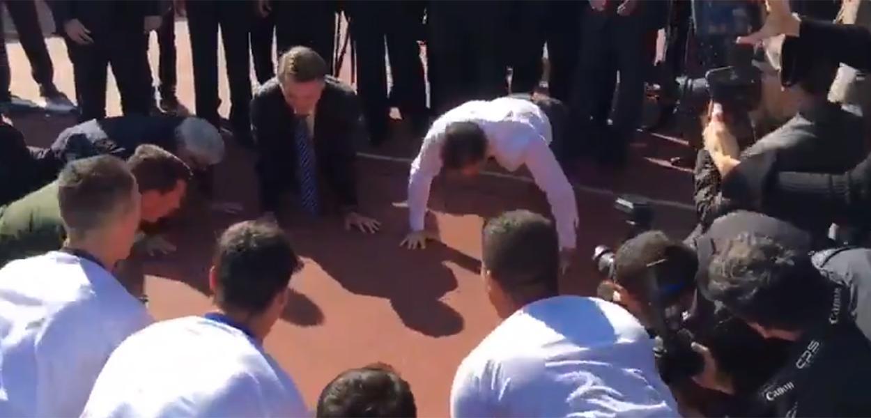 Presidente Jair Bolsonaro e o governador João Doria fazem flexão