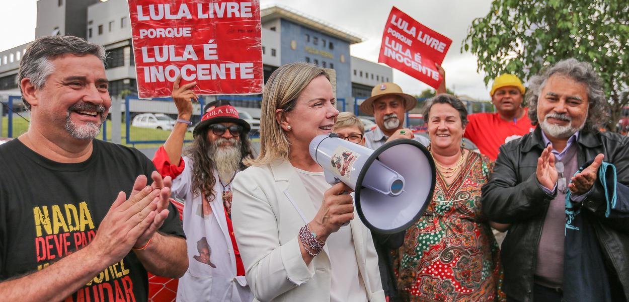 Gleisi Hoffmann e Paulo Pimenta na Vigília Lula Livre