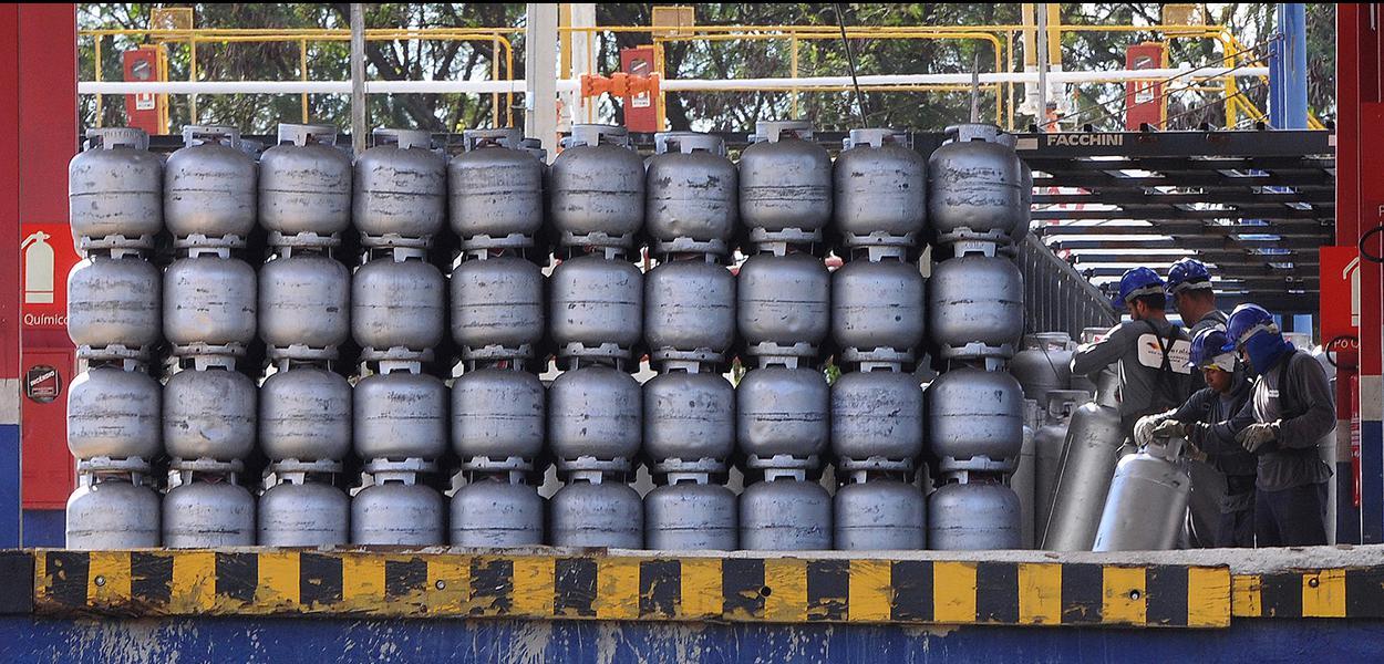 Brasília, DF, Brasil 1/6/2018 o Distrito Federal começou a receber uma grande quantidade de gás de cozinha. Mais de 300 toneladas de gás liquefeito de petróleo (GLP), que envasilhadas renderiam 23 mil botijões, foram entregues às distribuidoras hoje.8 Foto: Renato Araújo/Agência Brasília.