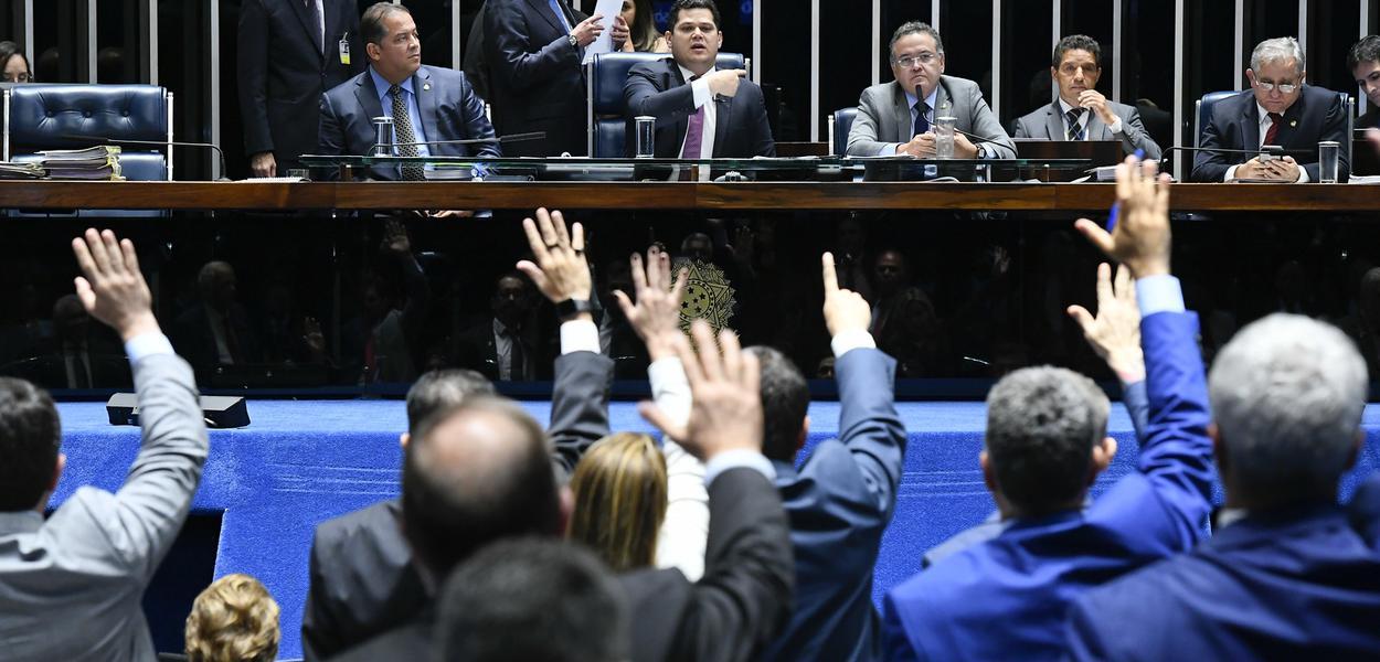 Plenário do Senado Federal durante sessão deliberativa ordinária. Ordem do dia.\r\rMesa:\rsenador Eduardo Gomes (MDB-TO); \rpresidente do Senado, senador Davi Alcolumbre (DEM-AP); \rsenador Roberto Rocha (PSDB-MA);\rsenador Izalci (PSDB-DF).\r\rFoto: Marcos Oliveira/Agência Senado