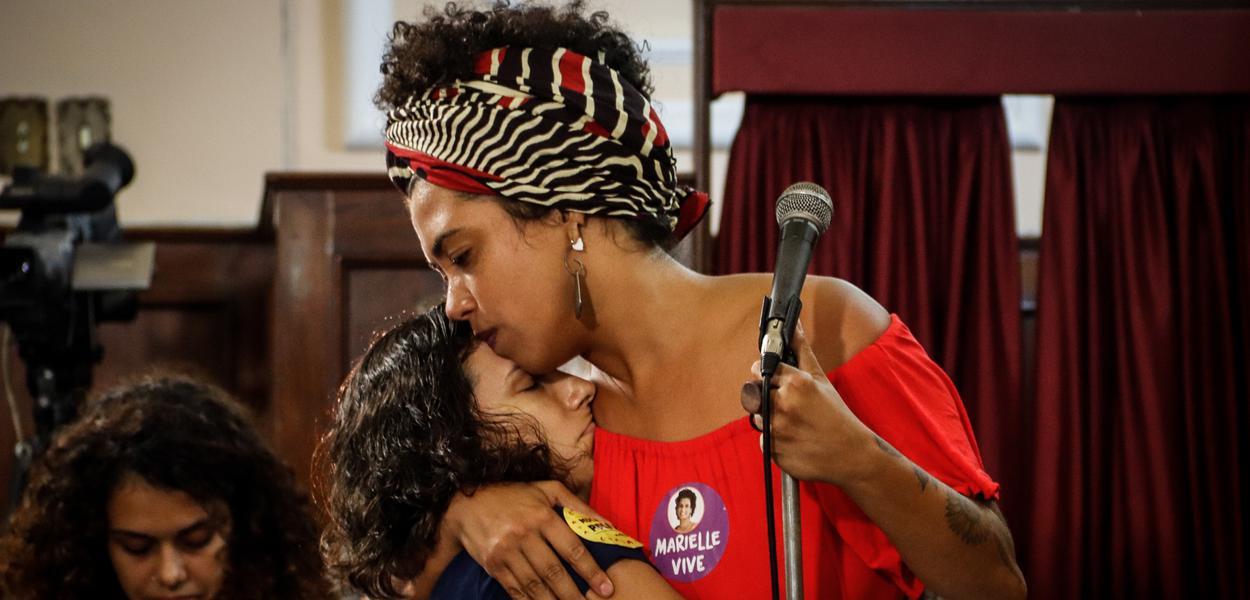 deputada Talíria Petrone com viúva da vereadora Marielle Franco