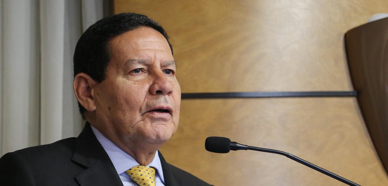 Curitiba - PR: Presidente da República em Exercício Hamilton Martins Mourão apresenta Palestra e recebe o Título