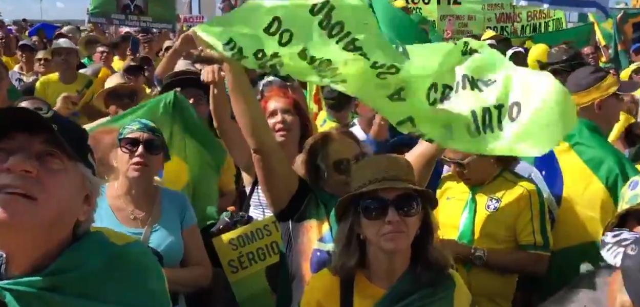 Senhora de cabelo vermelho em manifestação pró-Sérgio Moro em Brasília