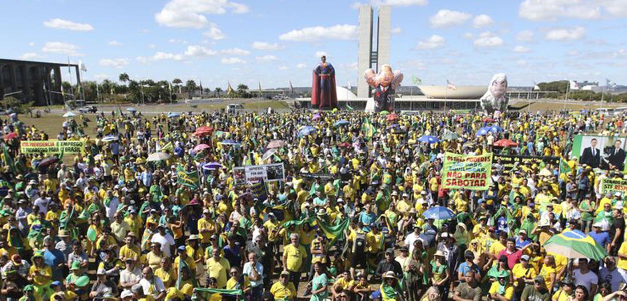 Manifestantes fazem ato pró-Bolsonaro, em defesa da Lava Jato, do ministro Sergio Moro