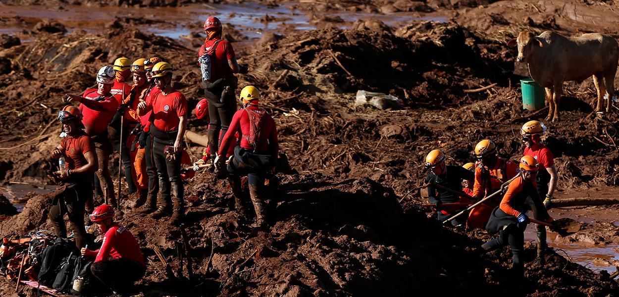 Equipes de resgate fazem buscas em Brumadinho