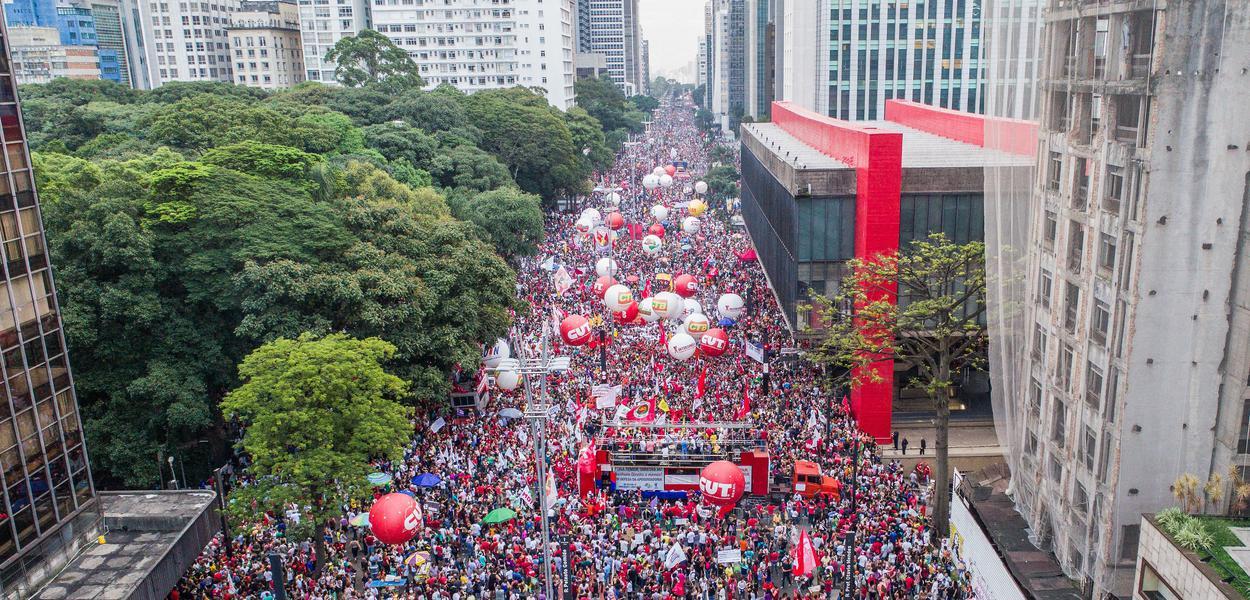 Manifestação de centrais sindicais contra mudança do sistema de Previdência na Av. Paulista.