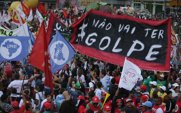 20/08/2015- São Paulo- SP, Brasil- Manifestação contra o impeachment de Dilma, no Largo da Batata, em São Paulo. Foto: Paulo Pinto/ Agência PT