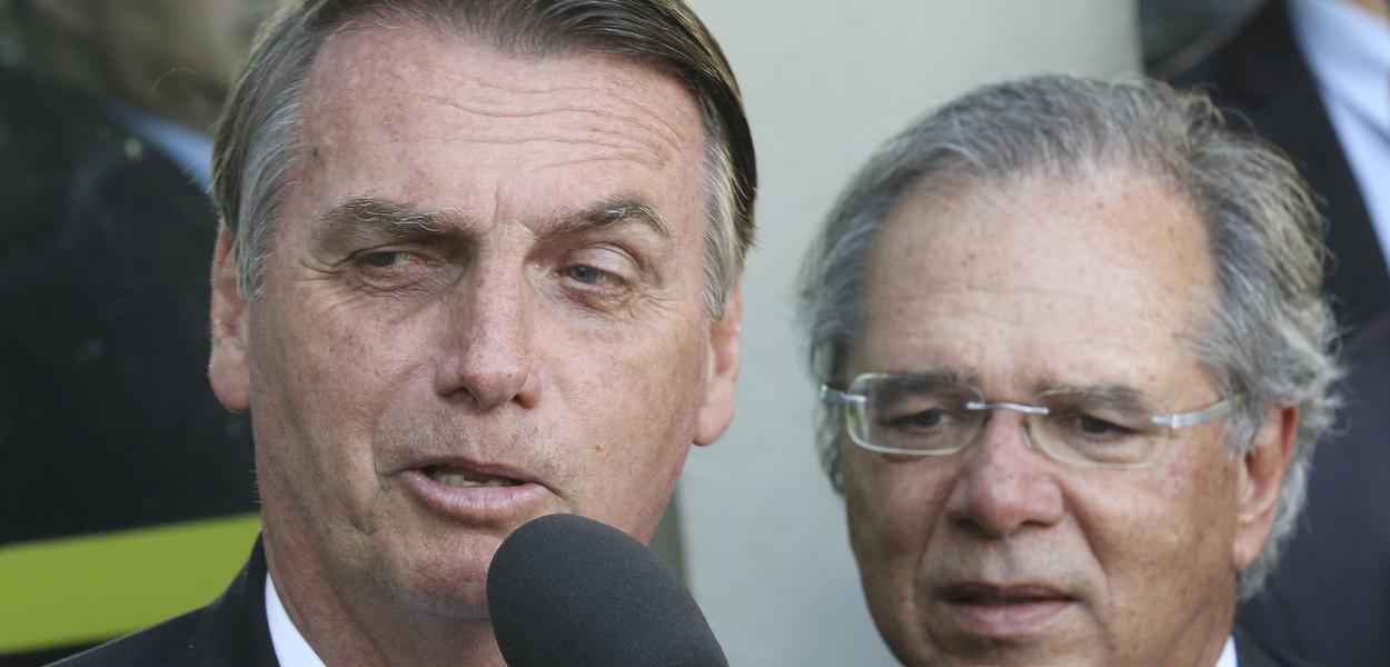 O presidente Jair Bolsonaro fala à imprensa após reunião com o ministro da Economia, Paulo Guedes, no ministério.