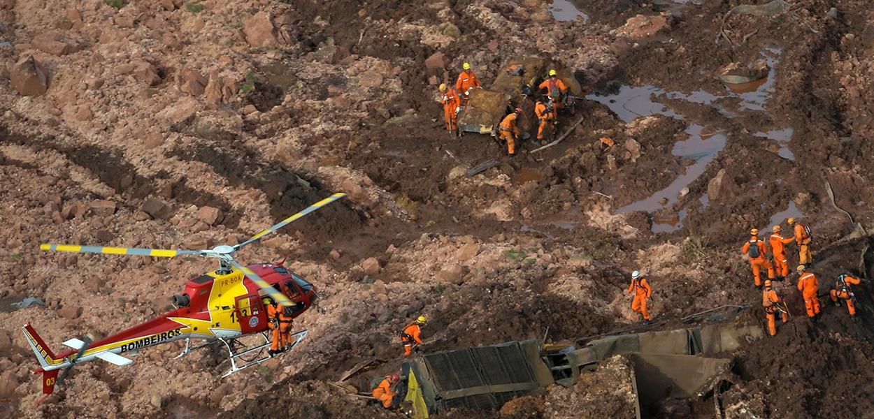 Equipes de resgate atuam na área atingida pelo rompimento de barragem em Brumadinho (MG)