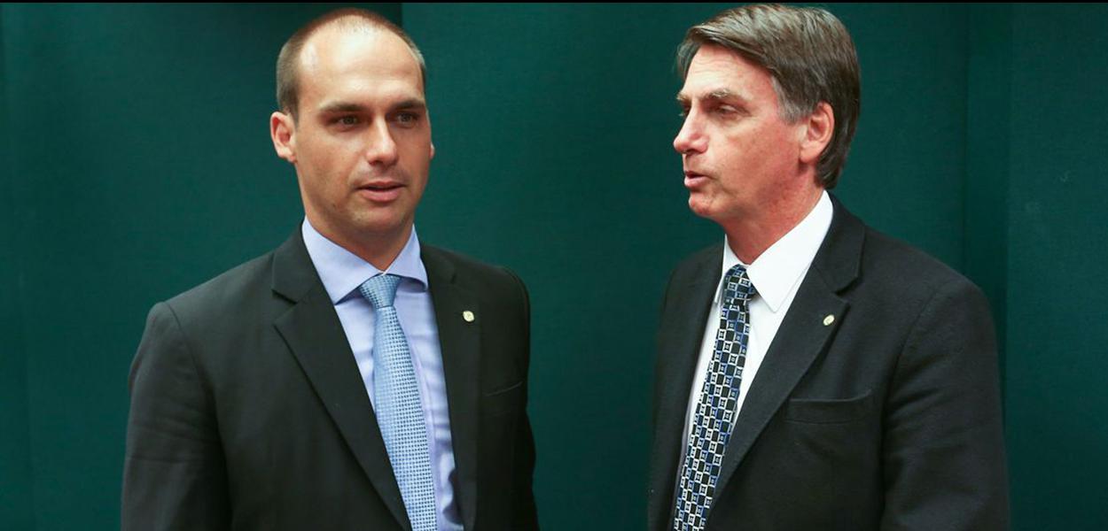 Brasília - Eduardo Bolsonaro, e o pai, Jair Bolsonaro após o Conselho de Ética da Câmara arquivar duas representações (12/17 e 13/17) contra o deputado por quebra do decoro (Fabio Rodrigues Pozzebom/ Agencia Brasil)