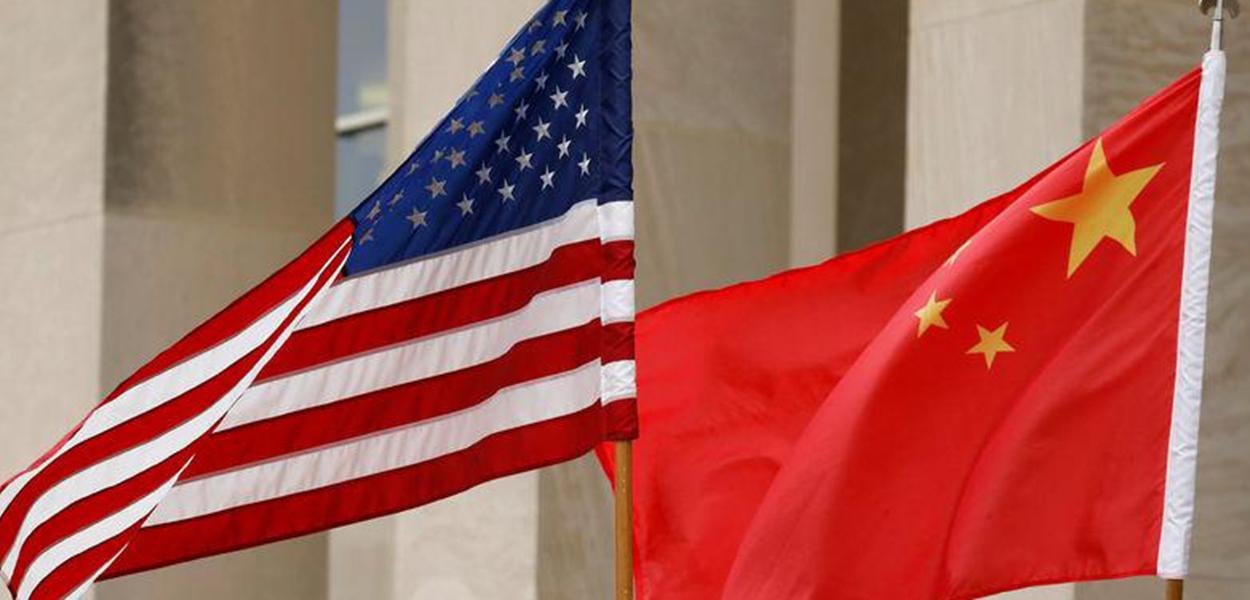 Bandeiras da China e dos EUA.