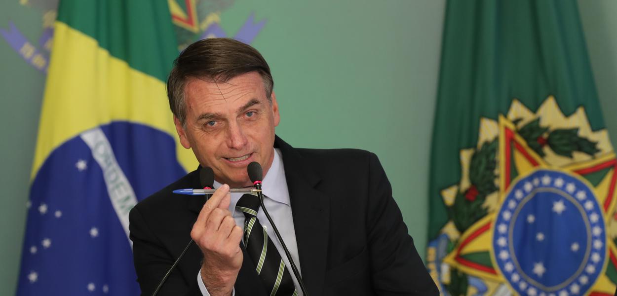 Presidente Bolsonaro assina decreto liberando a compra de armas para cidadãos de bem.