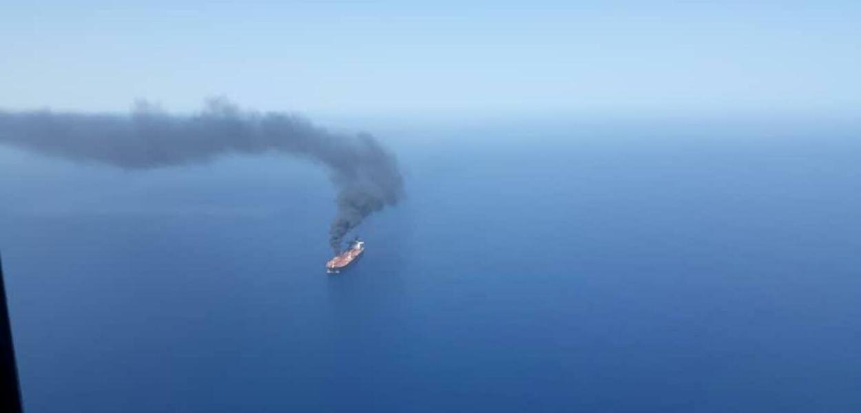 Navio atacado no estreito de Ormuz, Golfo de Omã, no Oriente Médio