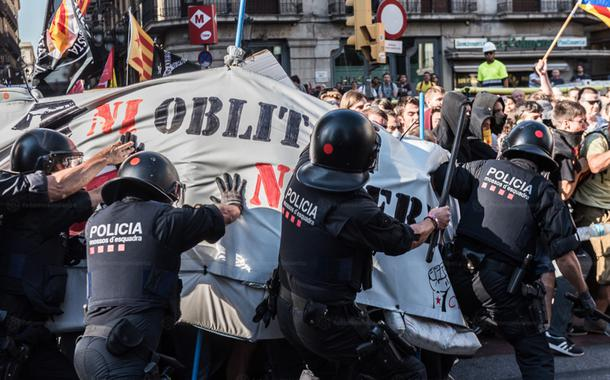Policiais da Espanha entram em choque co manifestantes que protestam contra a extrema direita no país.