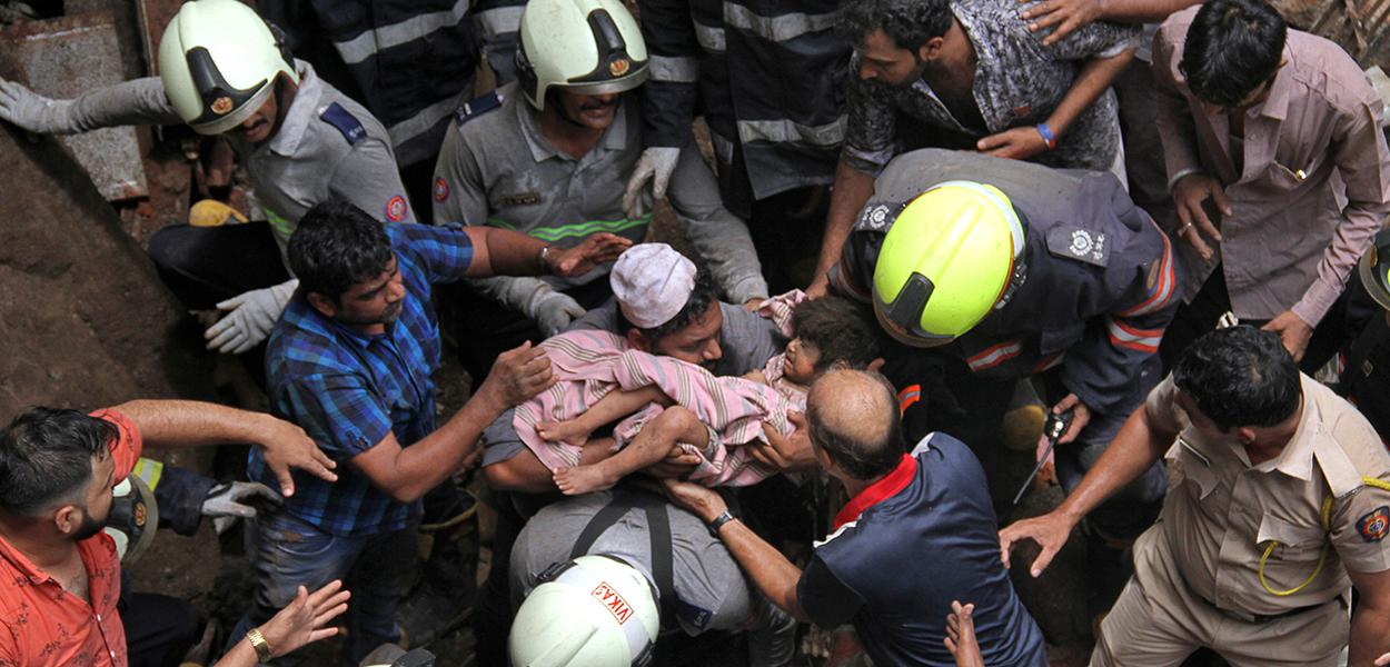 Equipes de resgate retiram criança de escombros de prédio que desmoronou em Mumbai