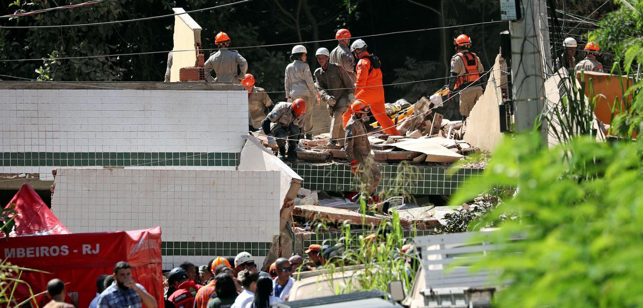 Bombeiros buscam por vítimas em local de desabamento de prédios na comunidade carioca da Muzema