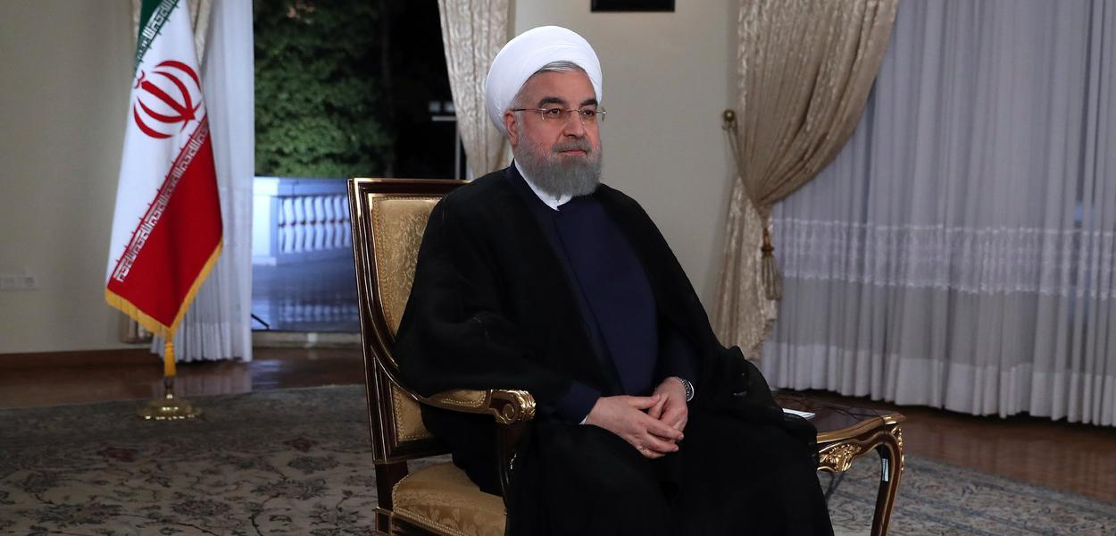 IRN03. TEHERÁN (IRÁN), 29/08/2017. Fotografía cedida por el sitio web de la oficina presidencial del presidente iraní Hasán Rouhaní participando en una entrevista en vivo con la Televisión Nacional Iraní (IRIB) hoy, martes 29 de agosto de 2017, en Teherán (Irán). Medios de comunicación informaron que Rouhaní rechazó las demandas de los Estados Unidos de inspeccionar los sitios militares iraníes por el organismo de control nuclear de la ONU diciendo que Irán todavía estaba comprometido con un acuerdo nuclear y con la Agencia Internacional de Energía Atómica (AIEA). EFE/Oficina Presidencial de Irán/SOLO USO EDITORIAL/NO VENTAS