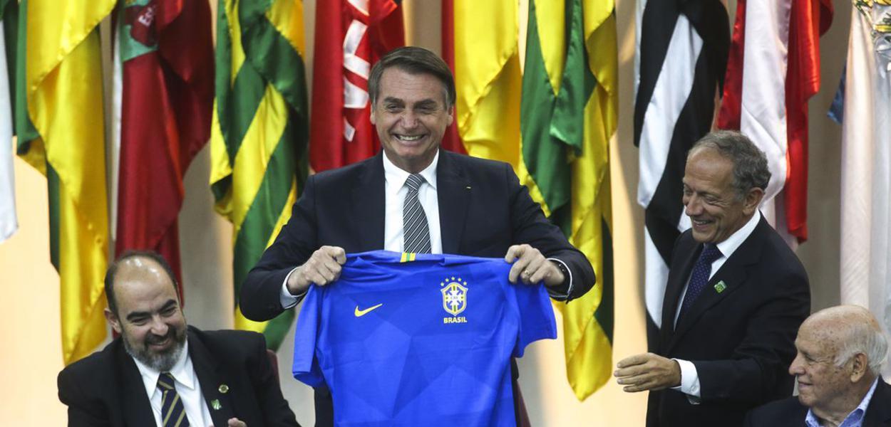 Brasilia DF - Jair Bolsonaro participa da solenidade comemorativa do Dia Nacional do Futebol, no Ministério da Cidadania.