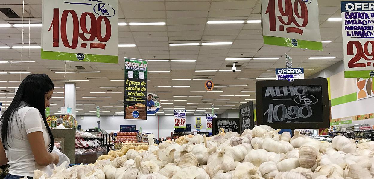Cliente faz compras em supermercado no Rio de Janeiro
