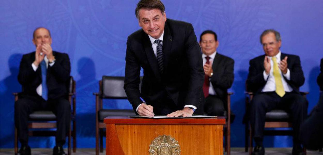 Jair Bolsonaro assina MP da 'liberdade econômica' em Brasília.