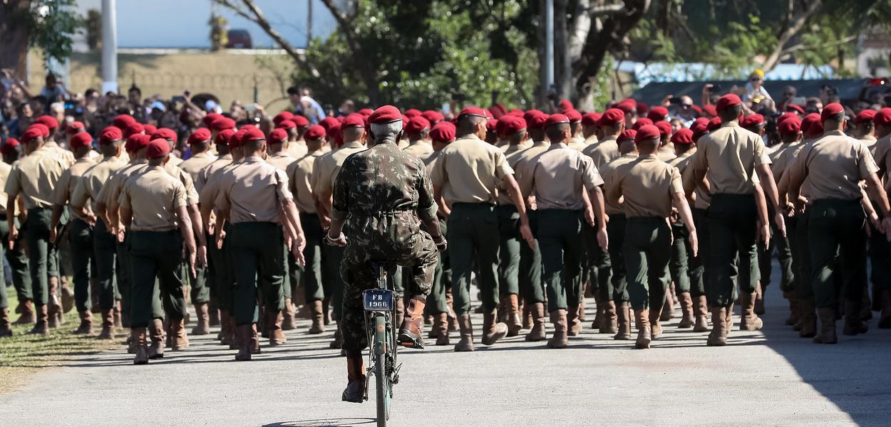 (Rio de Janeiro) A Tropa da Brigada de Infantaria Paraquedista desfila em continência ao Presidente da República.