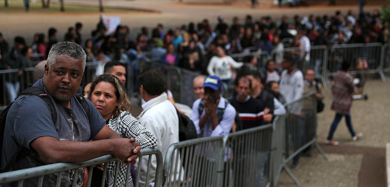Pessoas buscam vagas de trabalho no centro de São Paulo