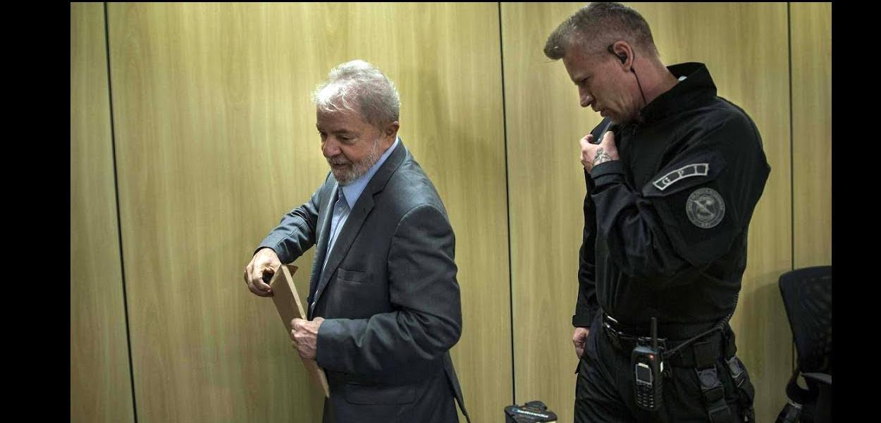 Lula na Polícia Federal em Curitiba.