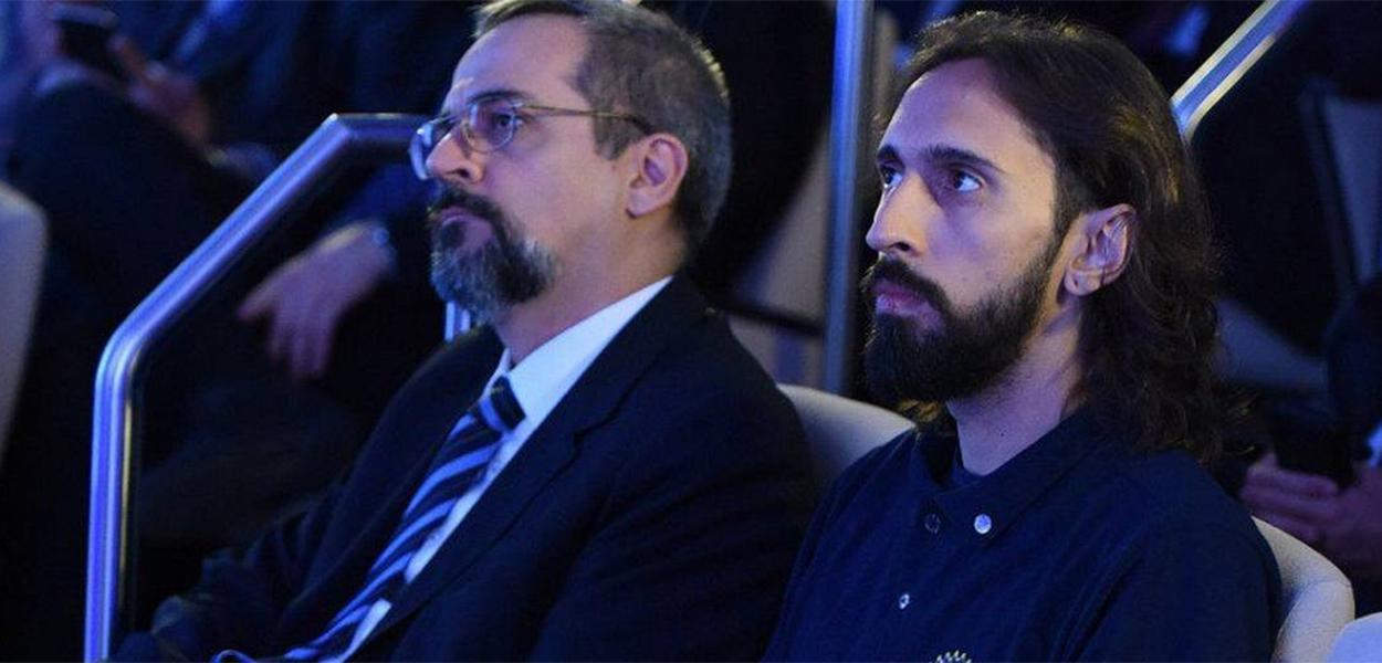 O ministro Abraham Weintraub e o presidente da UNE, Iago Montalvão, durante apresentação do Future-se