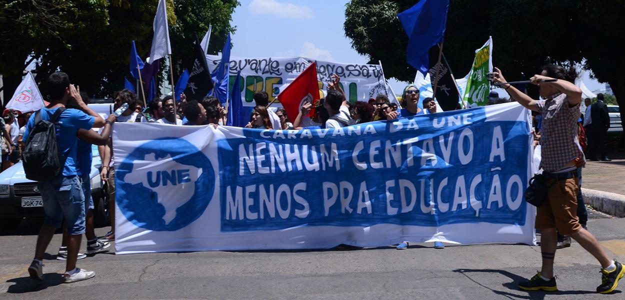 União Nacional dos Estudantes (UNE) faz passeata