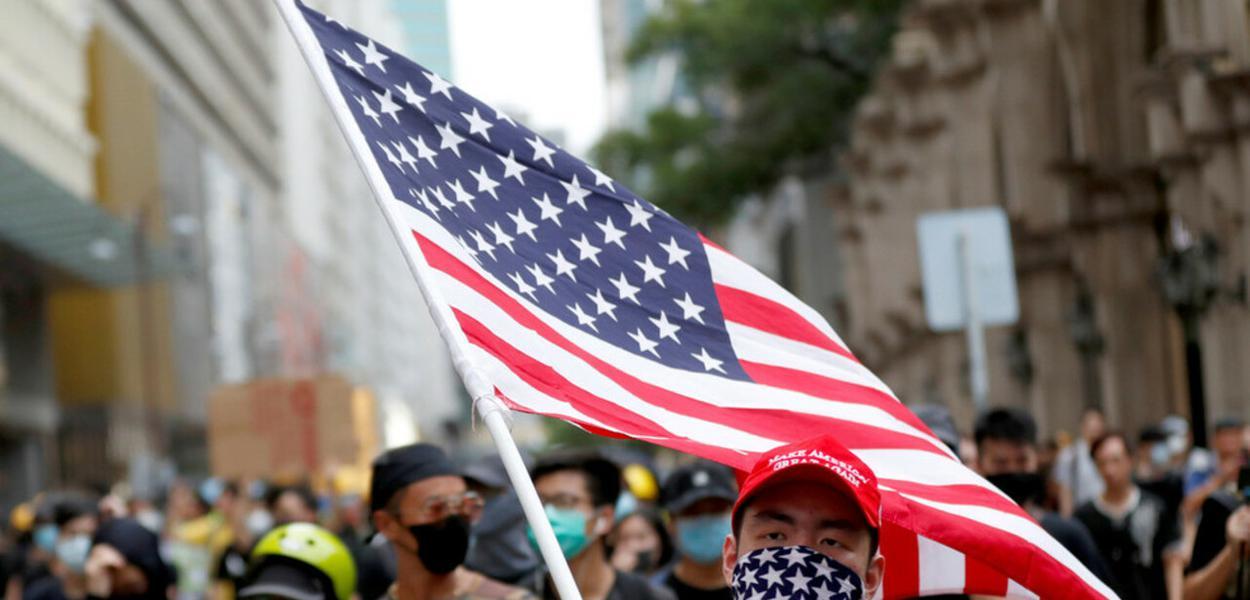 """Hong Kong, manifestante """"pró-democracia"""" carrega bandeira dos EUA"""