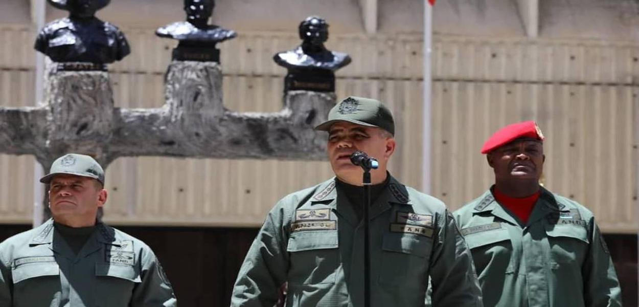Ao centro, Padrino López, ministro venezuelano da Defesa