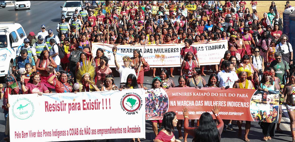 Brasília- DF. 13-08-2019-Primeira marcha da mulheres indíginas.  Estudantes e professores se juntaram com as índias na manifestação.  Foto Lula Marques