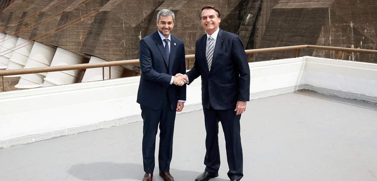 Presidente do Paraguai Mario Abdo e Jair Bolsonaro se cumprimentam em Itaipu