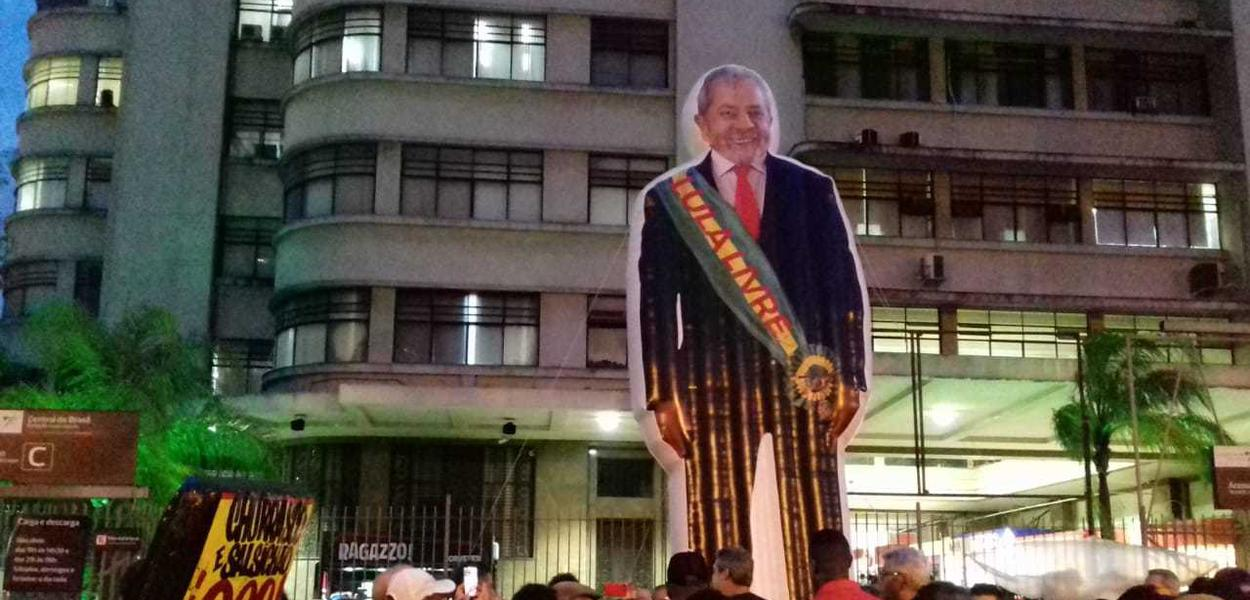 Manifestantes pedem Lula livre no Rio de Janeiro