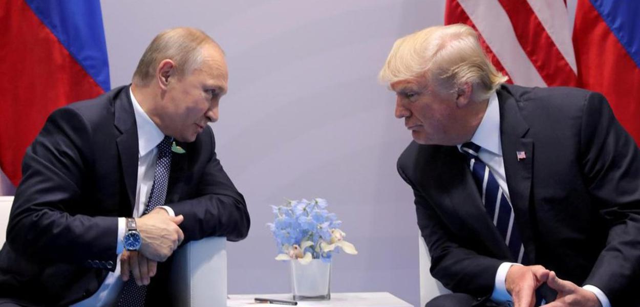 Putin e Trump em conversa frente a frente (Foto: Ekaterina Chesnokova/Sputnik)