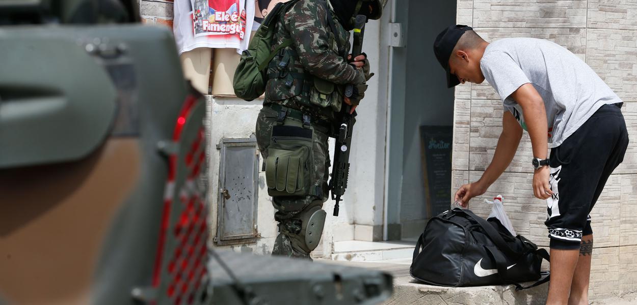 Forças de segurança do Rio de Janeiro ocupam os principais acessos à Vila Joaniza, na Ilha do Governador