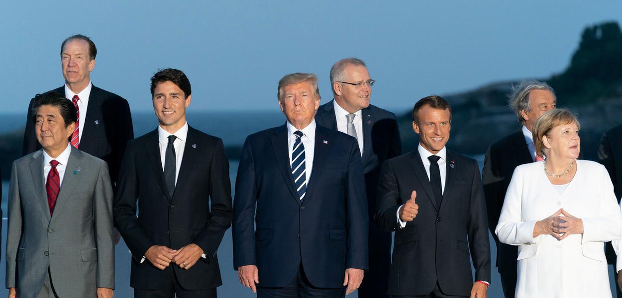 """Paris Fr. 25 08 2018 O Presidente Donald J. Trump junta-se aos membros do G7 Leadership e do G7 Extended para a """"foto de família"""" no G7 Extended Partners Program, na noite de domingo, 25 de agosto de 2019, no Hotel du Palais Biarritz, local da Cúpula do G7. Biarritz, França. (Foto oficial da Casa Branca por Andrea Hanks)"""