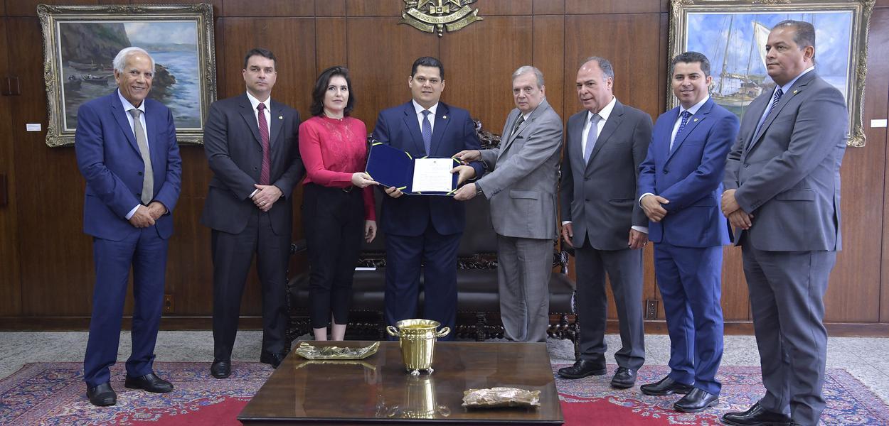 Presidente do Senado Federal, senador Davi Alcolumbre (DEM-AP), recebe, das mãos do senador Tasso Jereissati (PSDB-CE), o relatório da reforma da Previdência. \r\r(E/D): \rsenador Oriovisto Guimarães (Podemos-PR); \rsenador Flávio Bolsonaro (PSL-RJ); \rsenadora Simone Tebet (MDB-MS); \rpresidente do Senado Federal, senador Davi Alcolumbre (DEM-AP); \rrelator da PEC 6/2019, senador Tasso Jereissati (PSDB-CE); \rsenador Fernando Bezerra Coelho (MDB-PE); \rsenador Marcos Rogério (DEM-RO); \rsenador Eduardo Gomes (MDB-TO).\r\rFoto: Marcos Brandão/Senado Federal