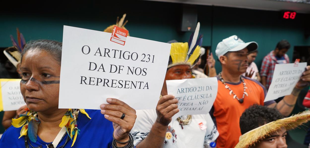 Indígenas protestam na Reunião Ordinária da Comissão de Constituição e Justiça e de Cidadania (CCJC), na Câmara, em Brasília.