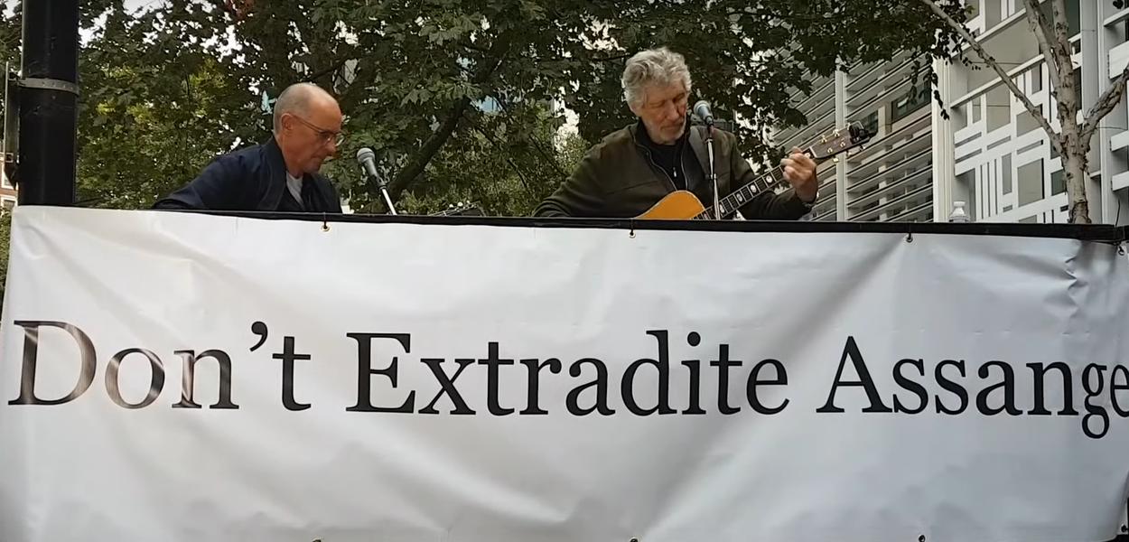 Roger Waters se apresenta em Londres em ato pela liberdade de Julian Assange