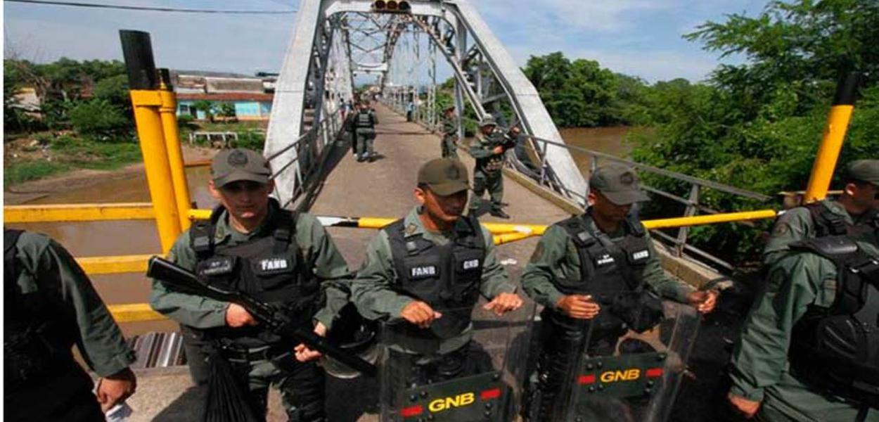 Soldados venezuelanos na fronteira com Colômbia