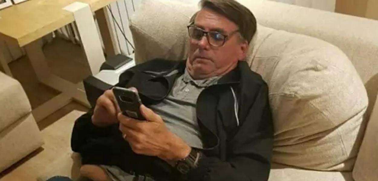 Jair Bolsonaro utilizando o celular